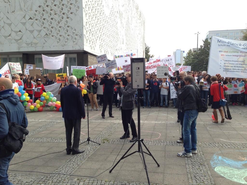 MPG Schulleiter Schkutek vor den demonstrierenden Schülerinnen und Schülern seines Gymnasiums